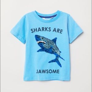 H&M NWT 🦈Crew-neck T-shirt with a motif at front.